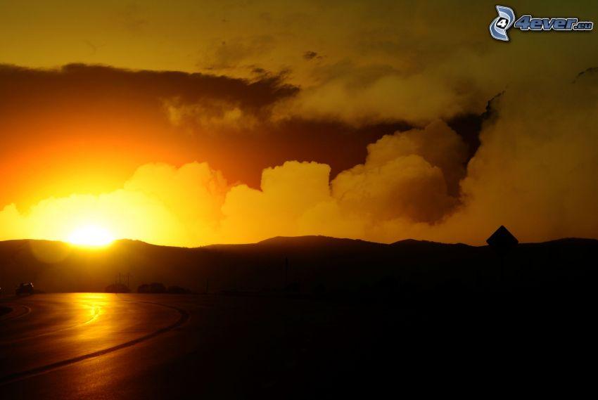západ slnka, žltá obloha, pohorie, oblaky