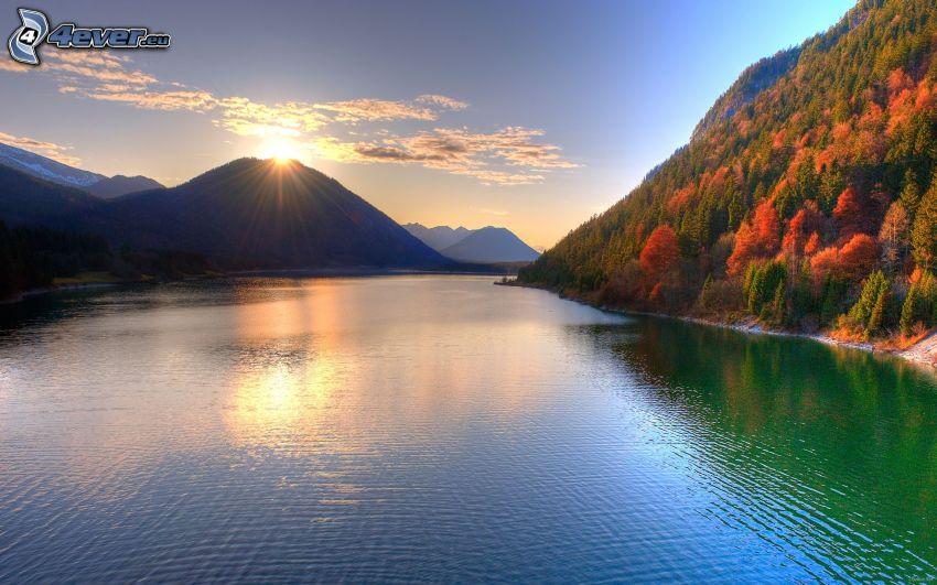 západ slnka nad jazerom, kopce, HDR