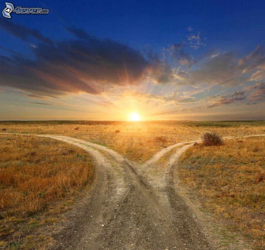 západ slnka za poľom, poľná cesta, rázcestie