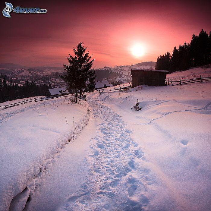 zasnežená dedina, stopy v snehu, slabé slnko, západ slnka, večer
