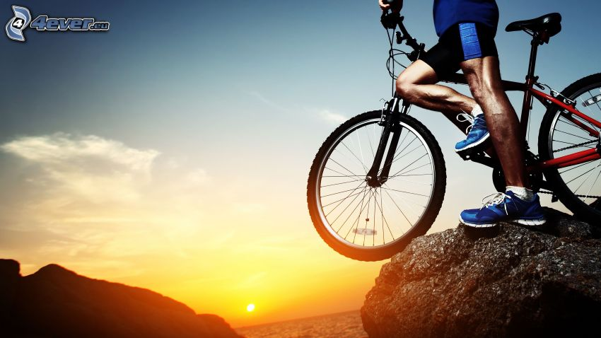cyklista, bicykel, západ slnka nad morom, skaly