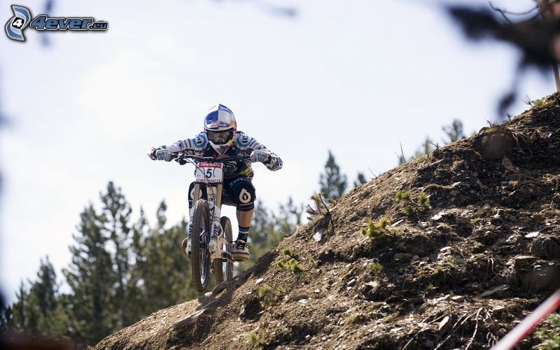 MTB Downhill, cyklista, terén