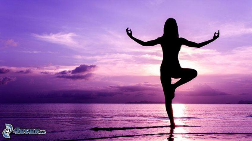 joga, meditácia, silueta ženy, šíre more, fialová obloha