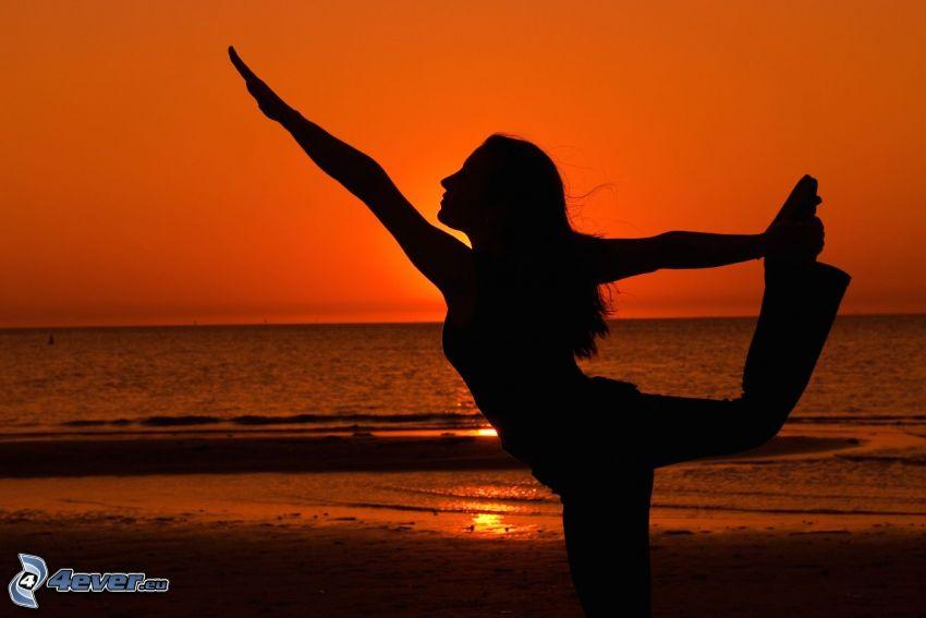 silueta ženy, joga, more, červená obloha