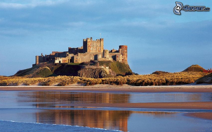 Bamburgh castle, more, pláž
