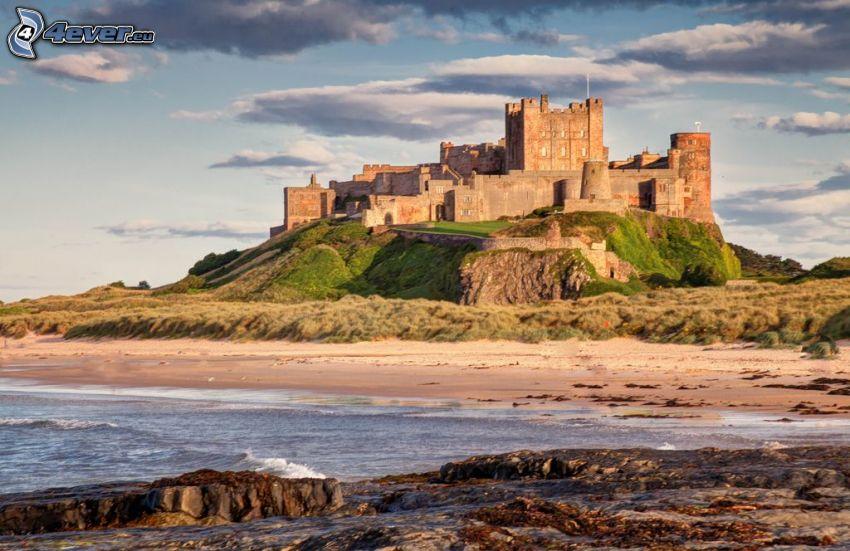 Bamburgh castle, piesočná pláž, more
