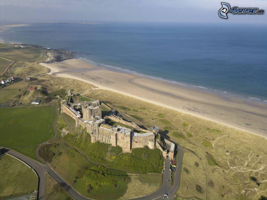 Bamburgh castle, piesočná pláž, šíre more
