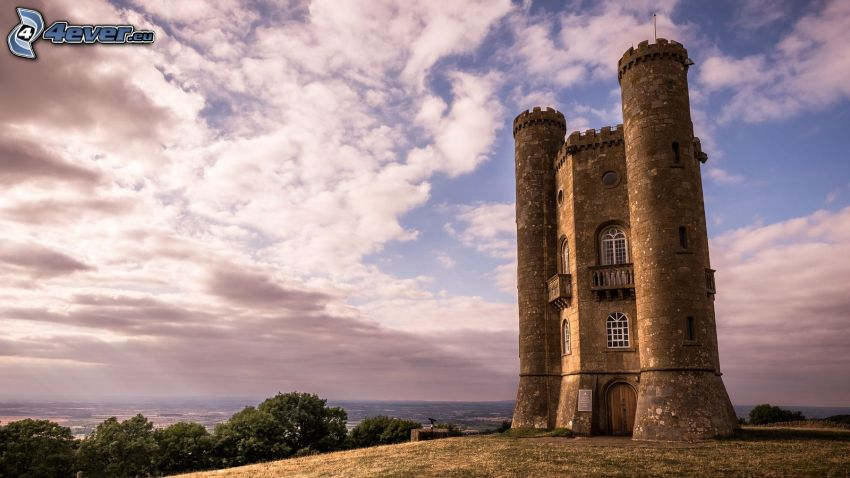 Broadway Tower, oblaky, stromy