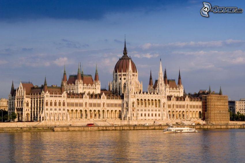 Budapešť, parlament, Dunaj, turistická loď
