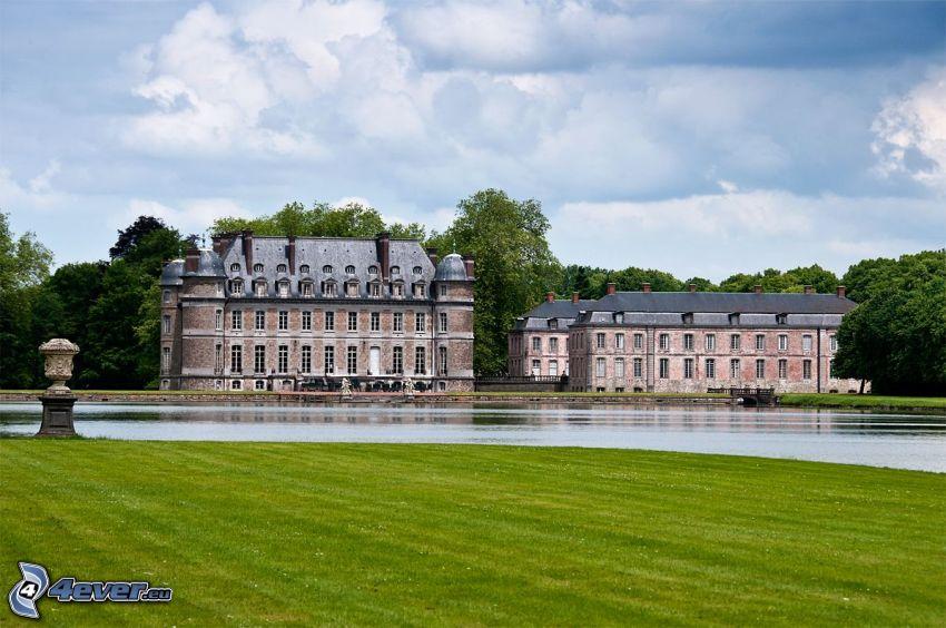 Château de Belœil, oblaky, jazero, trávnik