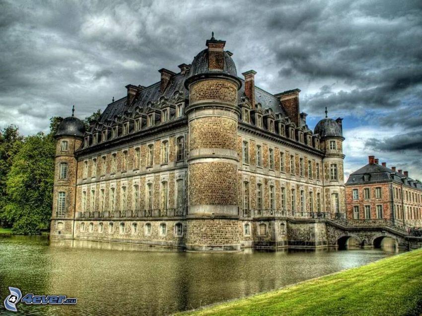 Château de Belœil, tmavé oblaky, jazero, HDR