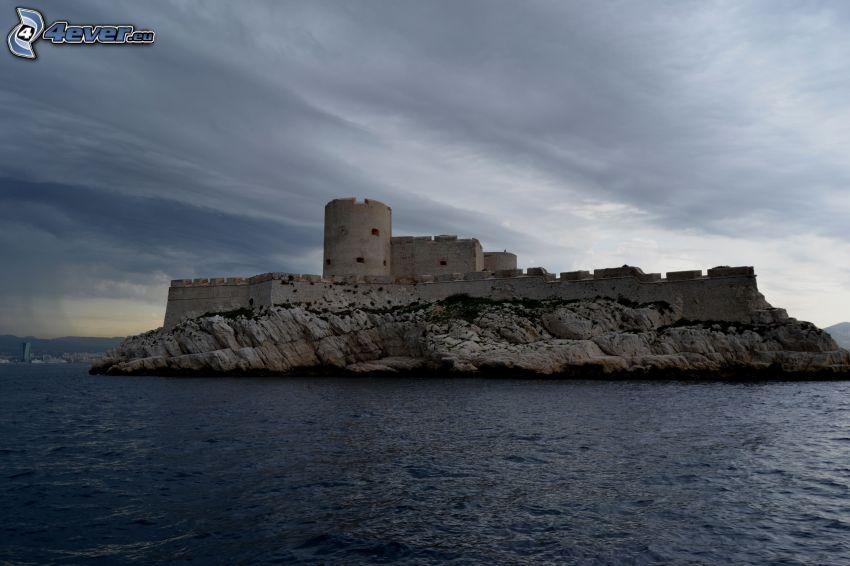 Château d'If, ostrov, tmavé oblaky