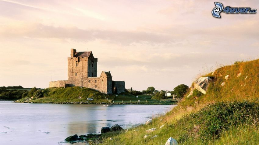 Dunguaire Castle, jazero