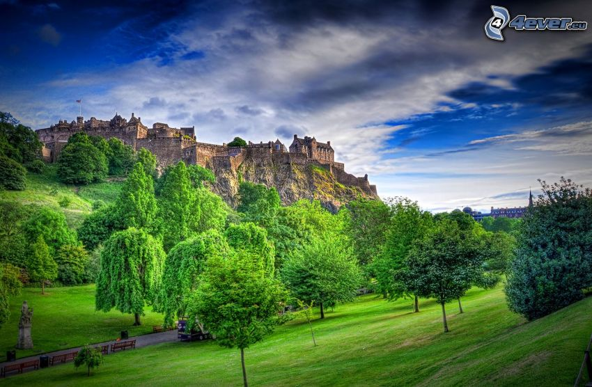 Edinburgský hrad, lúka, stromy, HDR