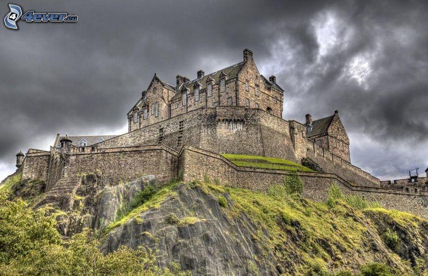 Edinburgský hrad, tmavé oblaky, HDR