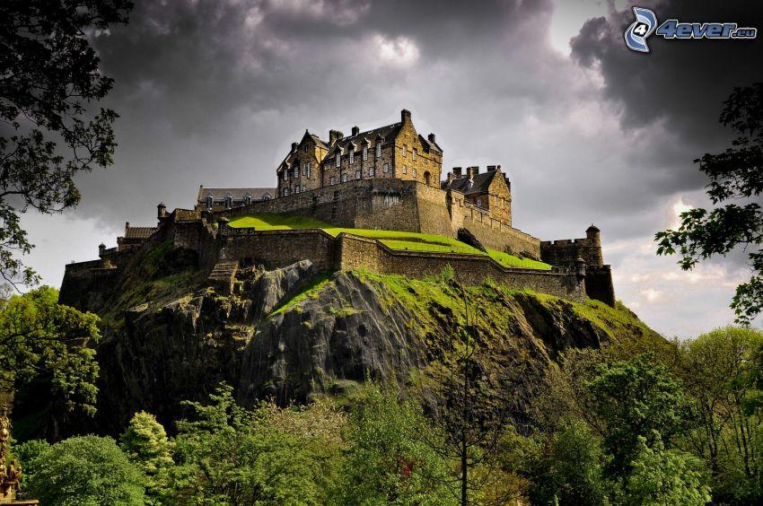 Edinburgský hrad, tmavé oblaky, skala