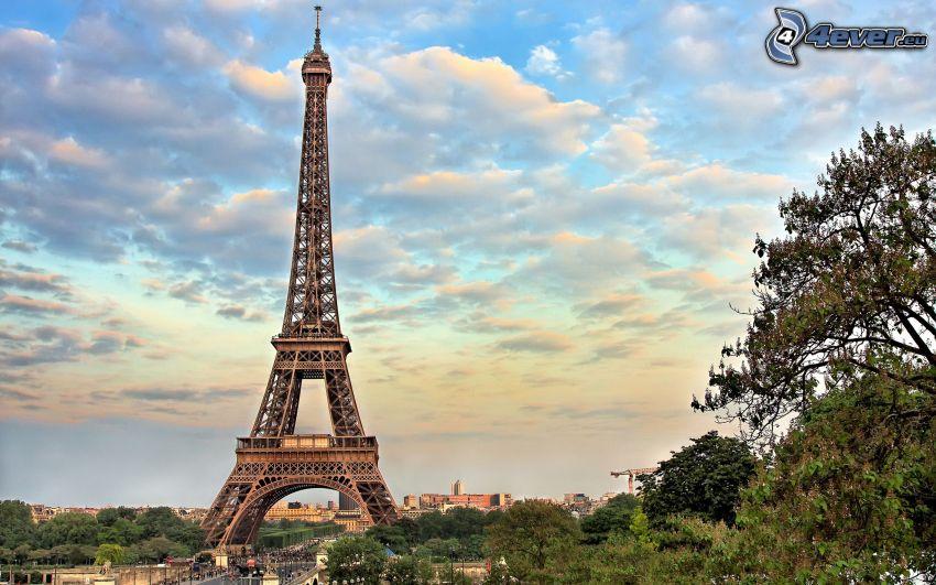 Eiffelova veža, Paríž, Francúzsko, stromy, oblaky