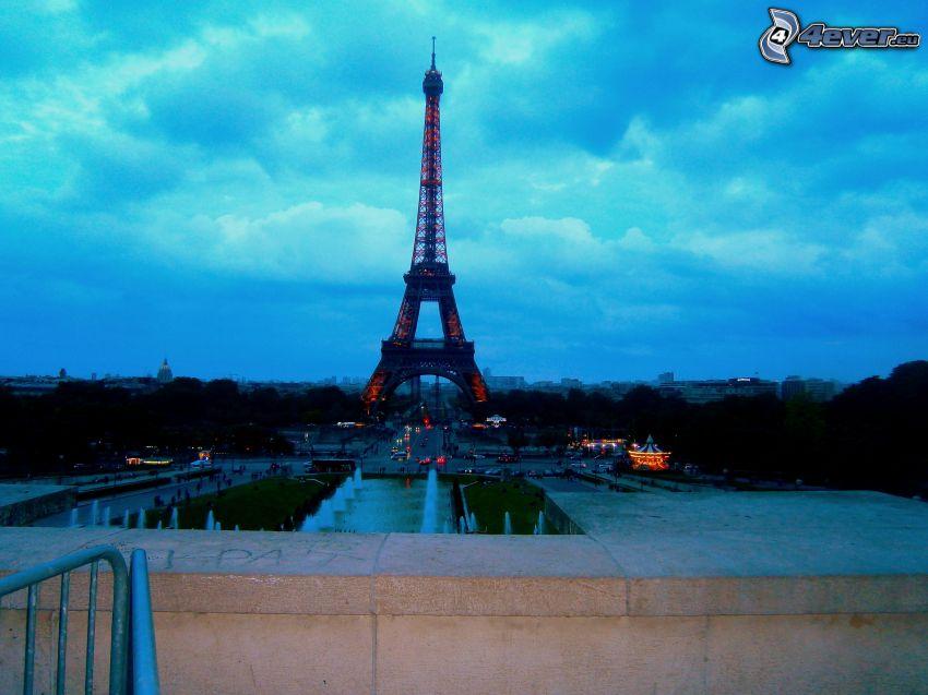 Eiffelova veža, Paríž, Francúzsko, večer, oblaky