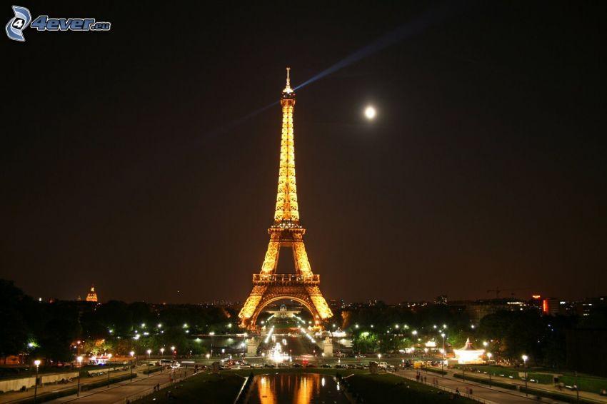 Eiffelova veža v noci, mesiac