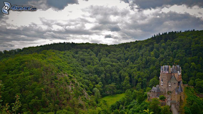 Eltz Castle, pohorie, zelený les, oblaky