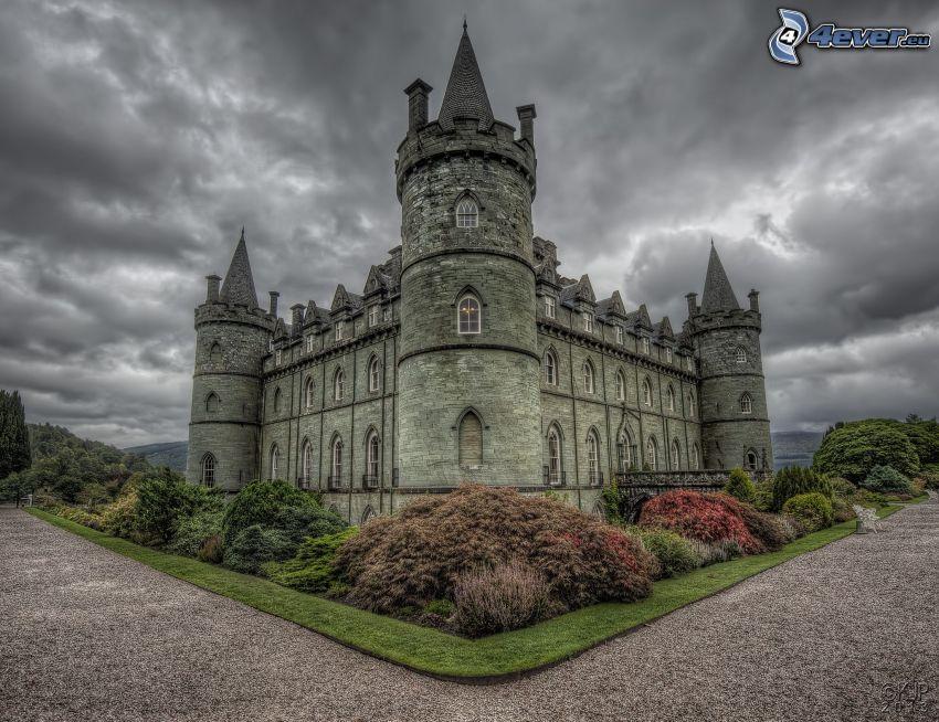 hrad Inveraray, chodník, tmavé oblaky