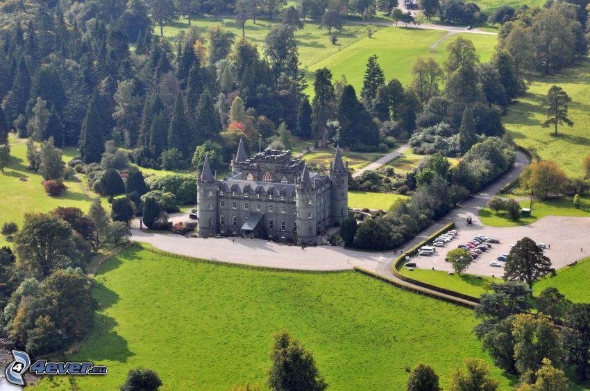 hrad Inveraray, park, parkovisko, stromy