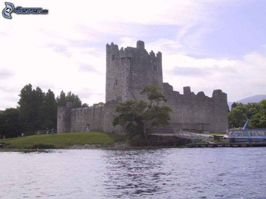 hrad Ross, jazero