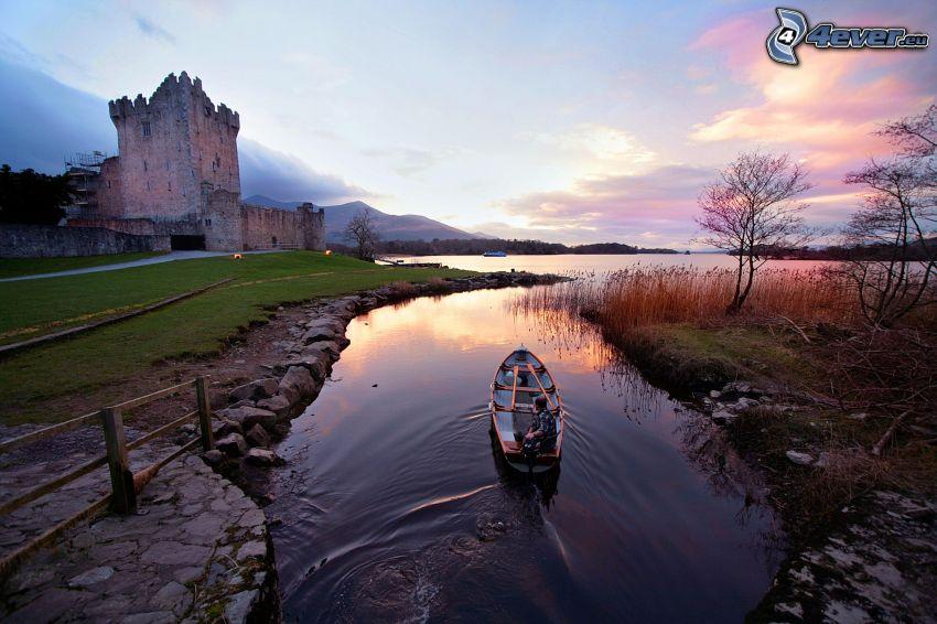hrad Ross, rieka, jazero, loďka na rieke, po západe slnka
