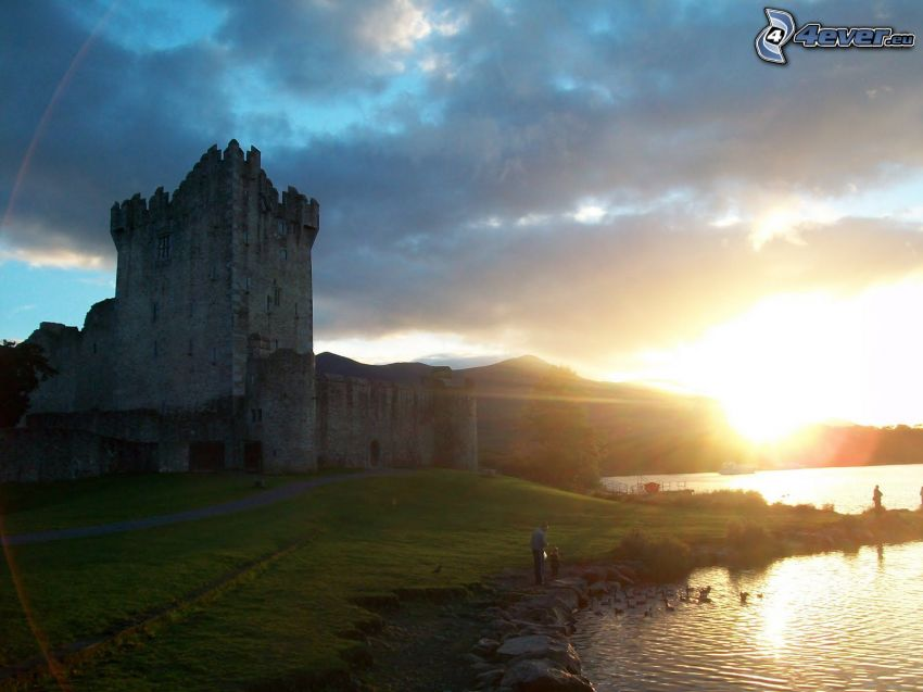 hrad Ross, západ slnka za kopcom