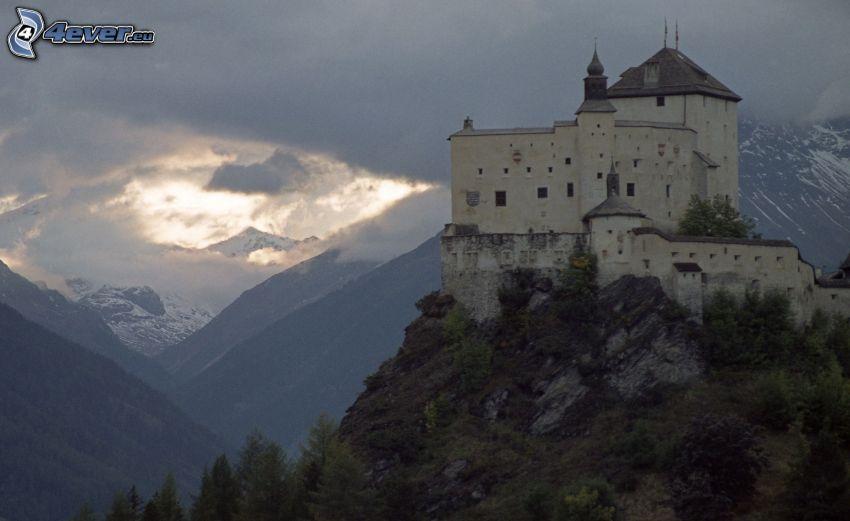 hrad Tarasp, po západe slnka, hory, oblaky