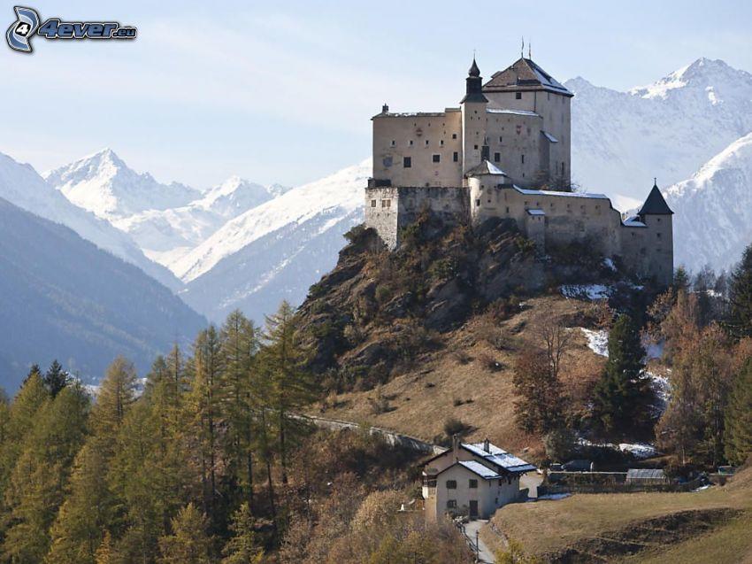 hrad Tarasp, zasnežené hory