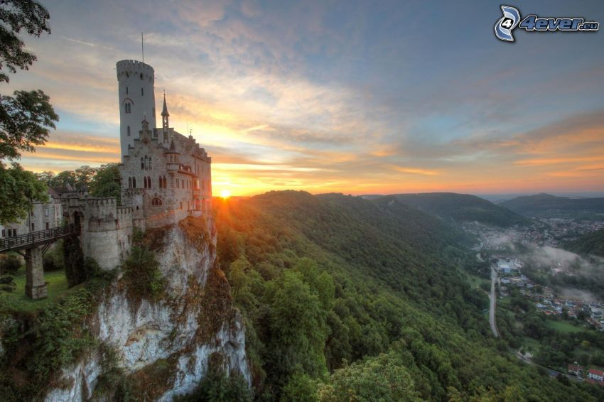 Lichtenstein Castle, západ slnka, pohorie