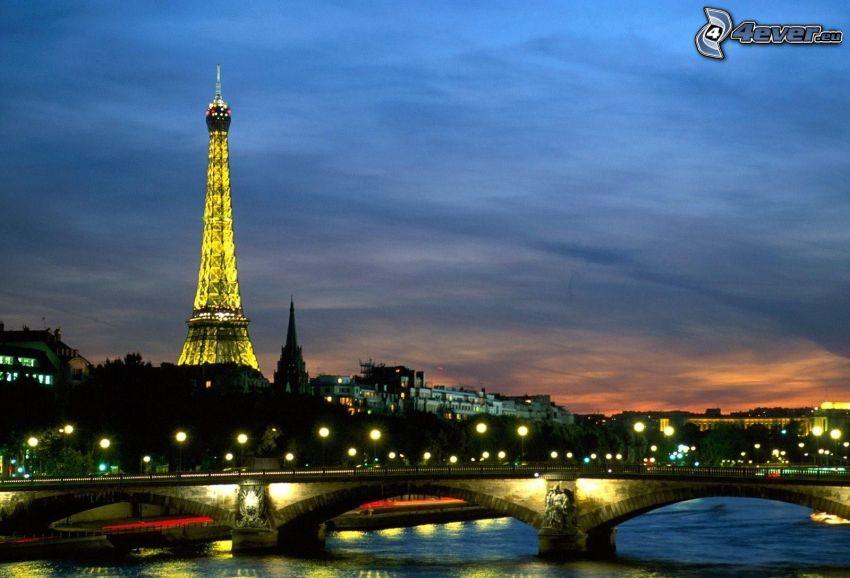 Paríž, večerné mesto, most, Seina, rozsvietená Eiffelova veža, pouličné osvetlenie