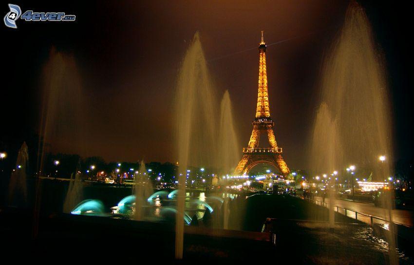 rozsvietená Eiffelova veža, fontána, Paríž, Francúzsko