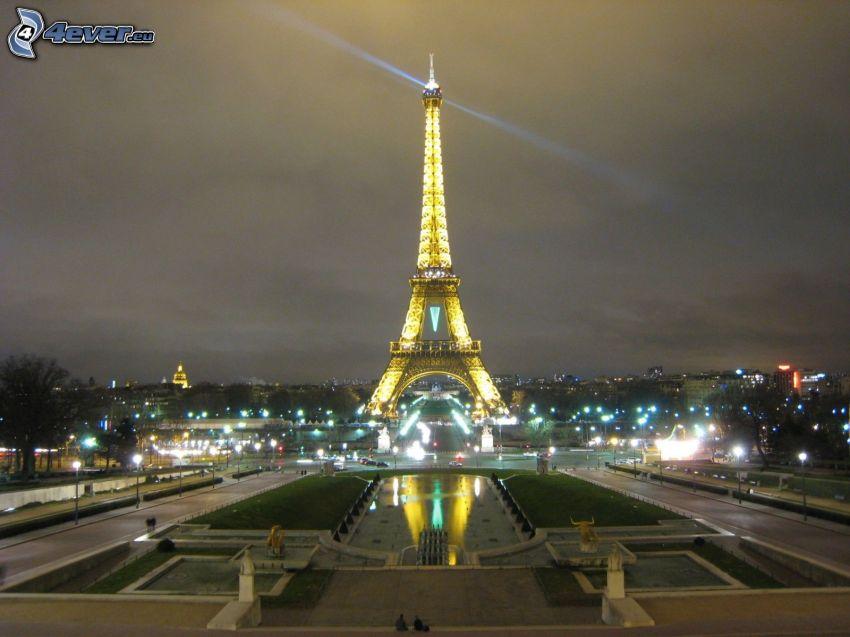 rozsvietená Eiffelova veža, park