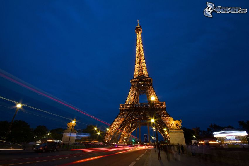 rozsvietená Eiffelova veža, večer
