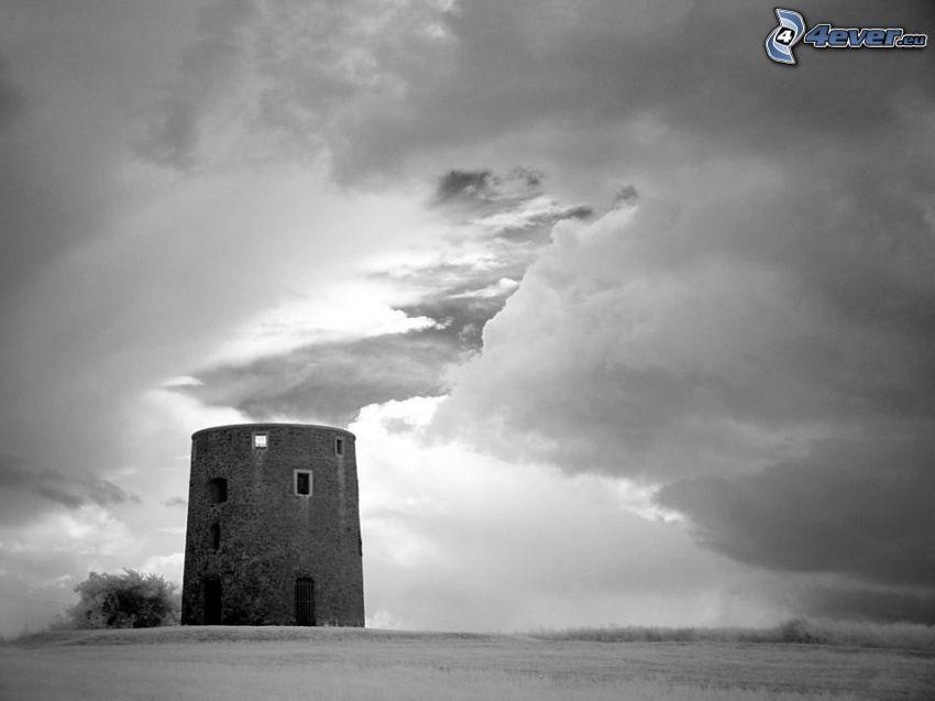 starý opustený mlyn, oblaky