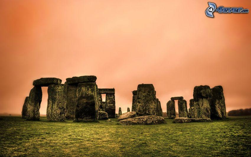 Stonehenge, oranžová obloha