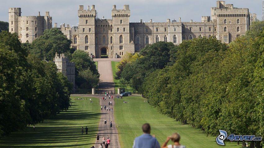 Windsorský zámok, park, stromová alej, chodník, turisti