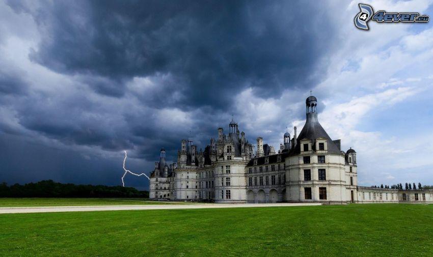 zámok Chambord, búrkové mraky, blesk