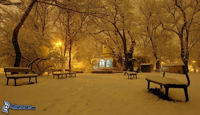 zasnežený park, zasnežené lavičky, zasnežená kaplnka