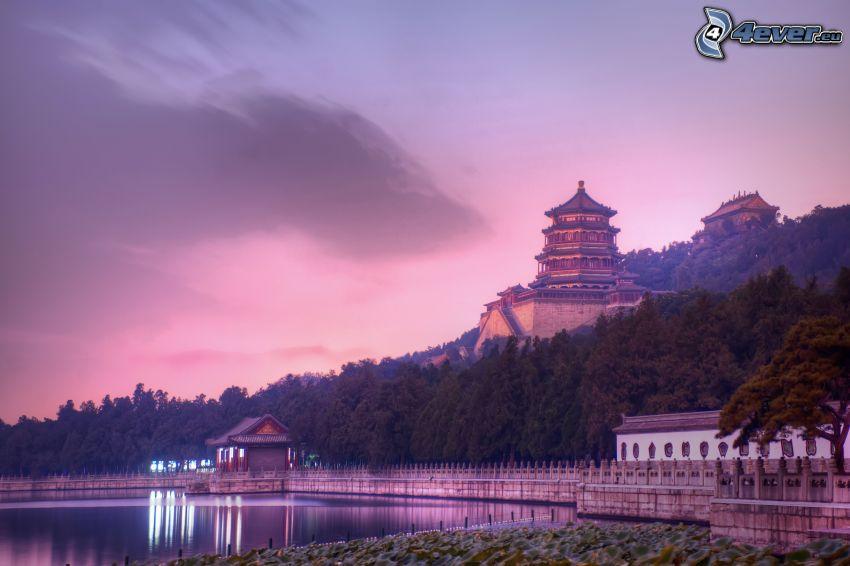 japonský dom, jazero, fialová obloha
