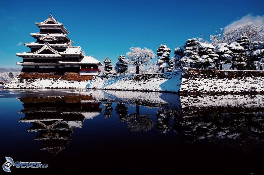 japonský dom, jazero, zasnežené stromy
