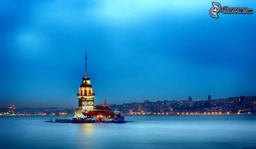 Kiz Kulesi, večer, pobrežné mesto, modrá obloha