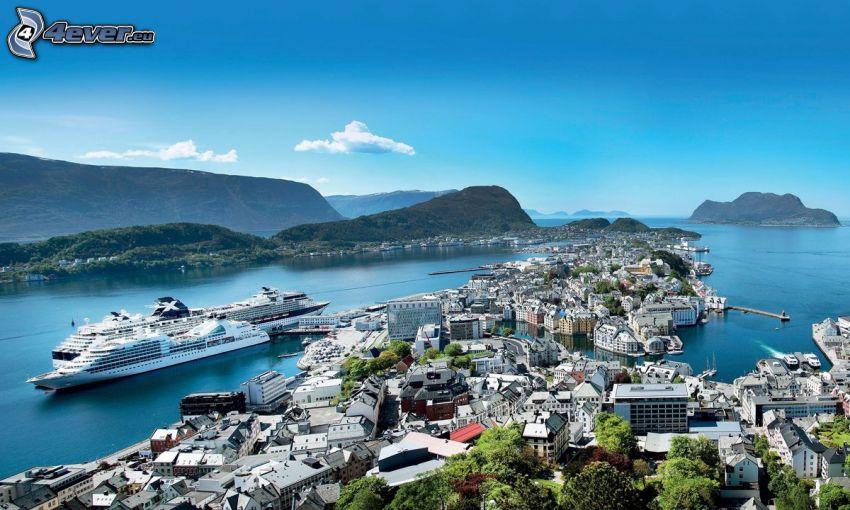 Ålesund, Nórsko, prímorské mestečko, luxusná loď, pohorie