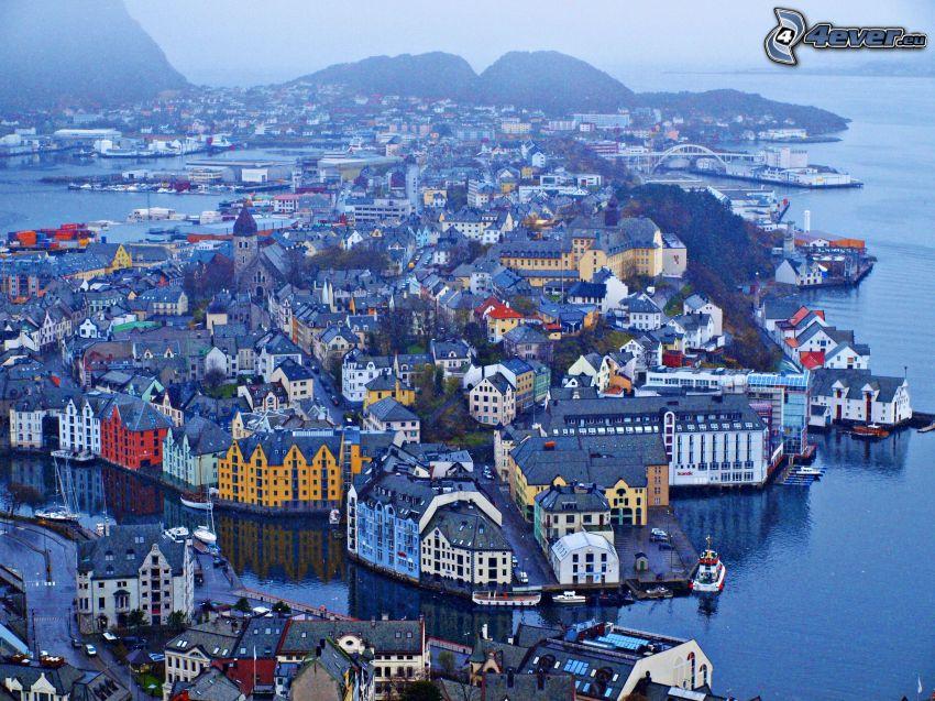 Ålesund, Nórsko, prímorské mestečko, večer