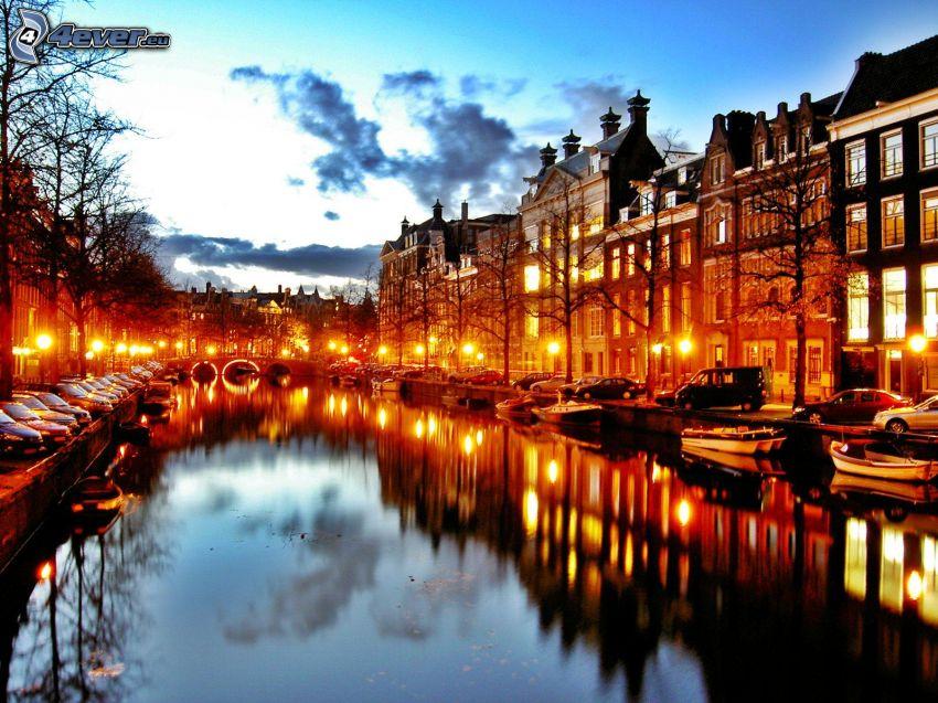 Amsterdam, kanál, večerné mesto, pouličné osvetlenie