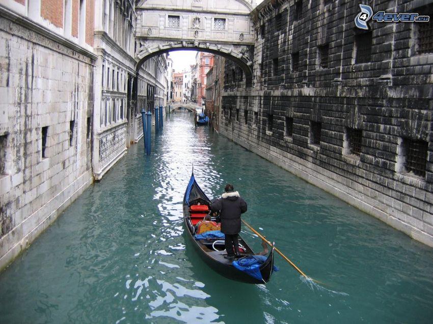 Benátky, loďka na rieke