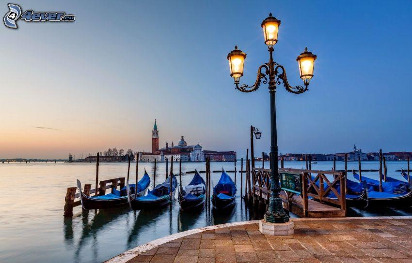 Benátky, prístav, člny, pouličná lampa, večer