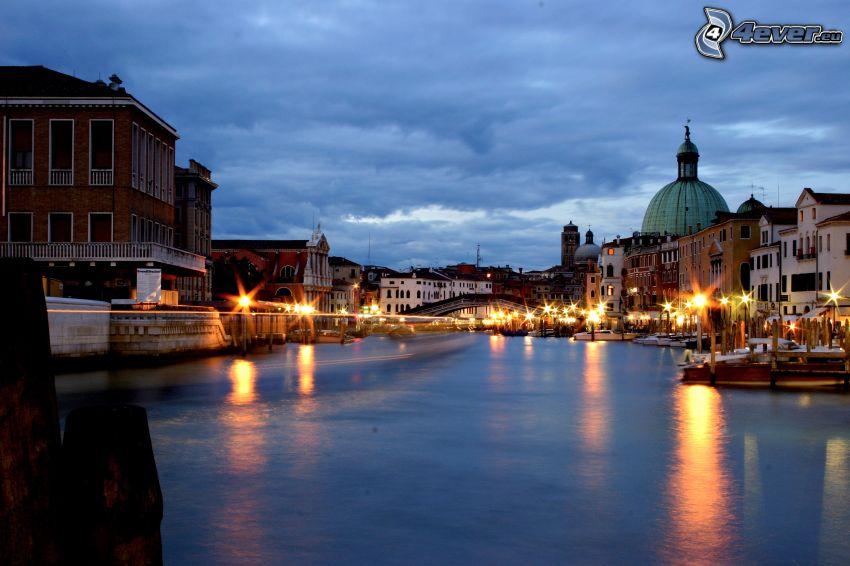 Benátky, večerné mesto, osvetlenie, rieka, domy